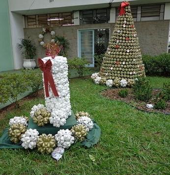 Jardim enfeitado para o fim de ano