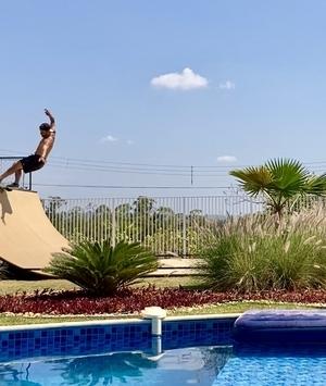 Proprietário no Ninho I instala rampa de skate no quintal da sua casa de campo
