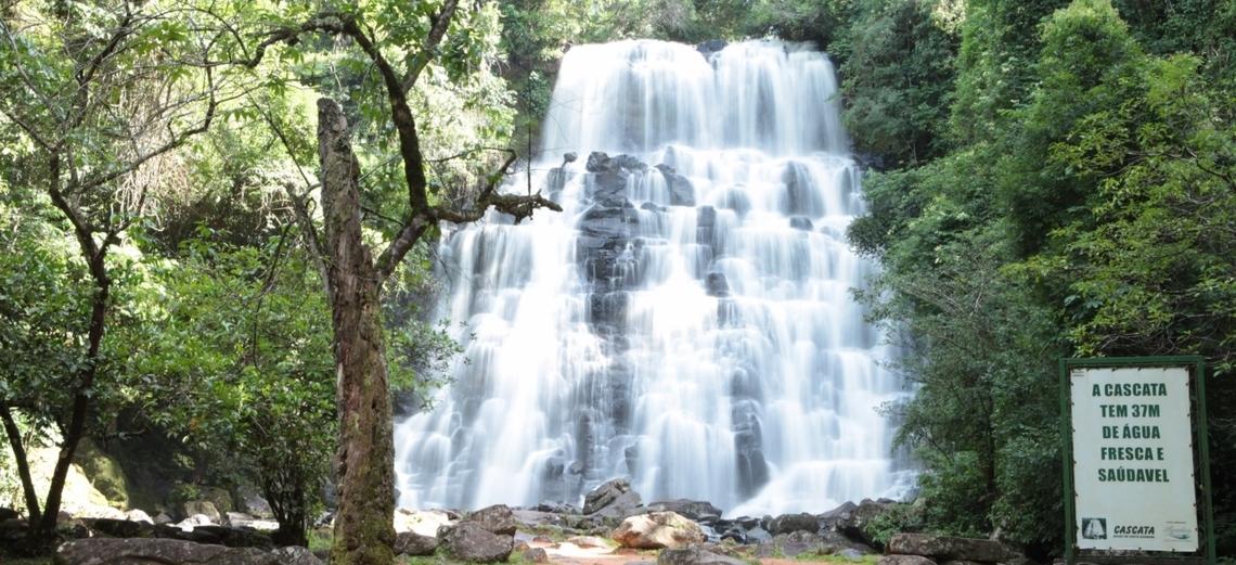 Cascata próxima ao Santa Bárbara Resort Residence é ótima opção de lazer neste calor