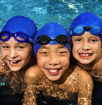 Crianças e adultos aproveitam as aulas de natação no clube Sabiás