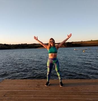 Proprietária aproveita as paisagens da Riviera III para cuidar da saúde, dançando Zumba