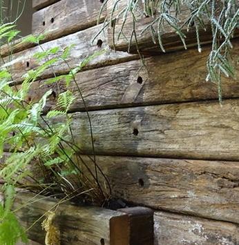 Jardins com madeira de demolição