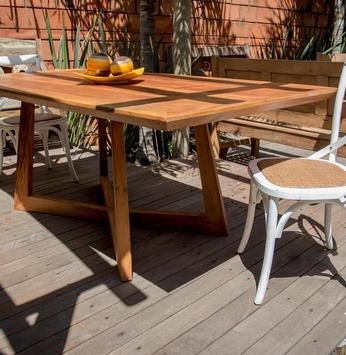 Mesas rústicas: beleza e durabilidade dentro e fora de casa